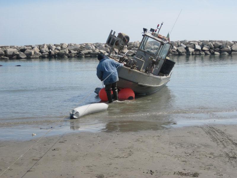 Un'imbarcazione tirata a riva con il verricello